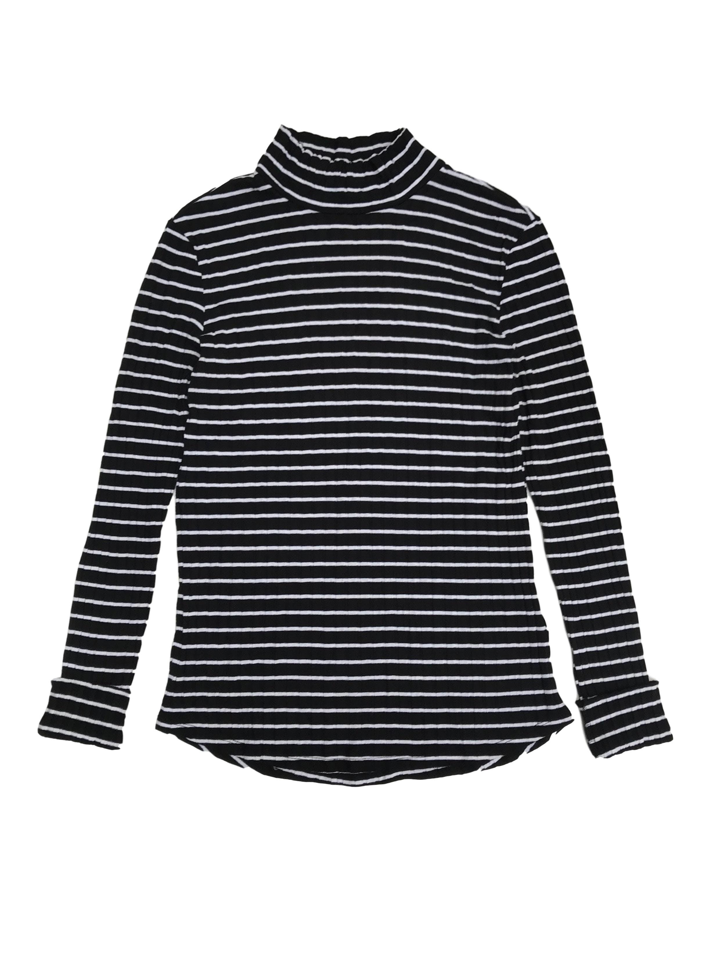 Polo H&M negro con líneas blancas, textura acanalada y cuello alto