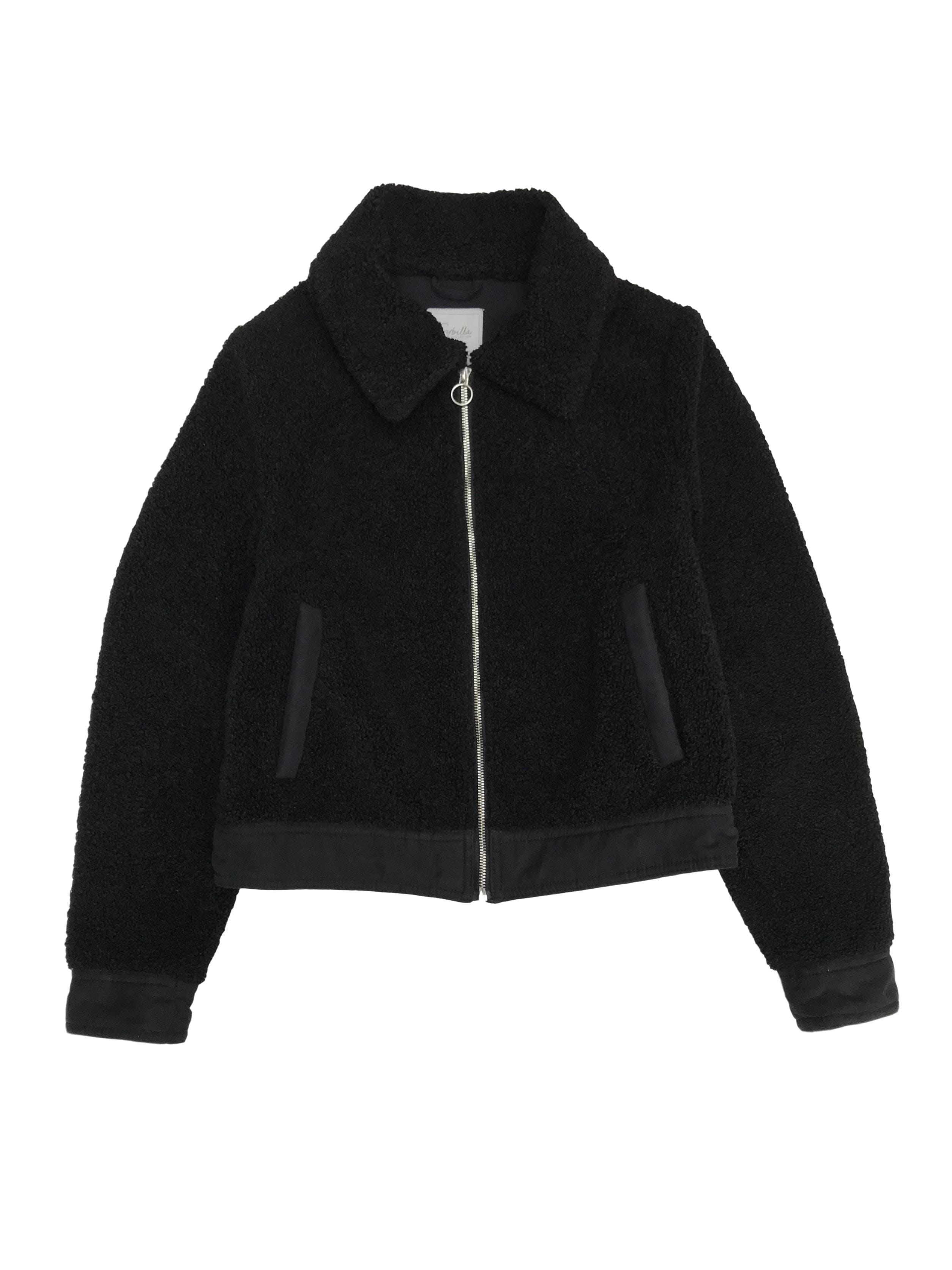 Casaca Sybilla borreguito negro con detalles tipo gamuza, cierre y bolsillos.