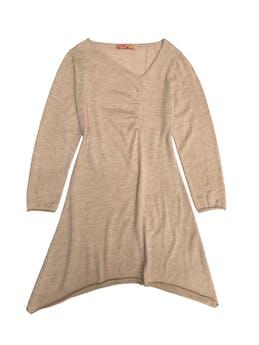 Vestido Kuna 100% baby alpaca beige, escote asimétrico, ligero drapeado delantero y falda en A. Largo 95cm. Precio original S/ 600 foto 1