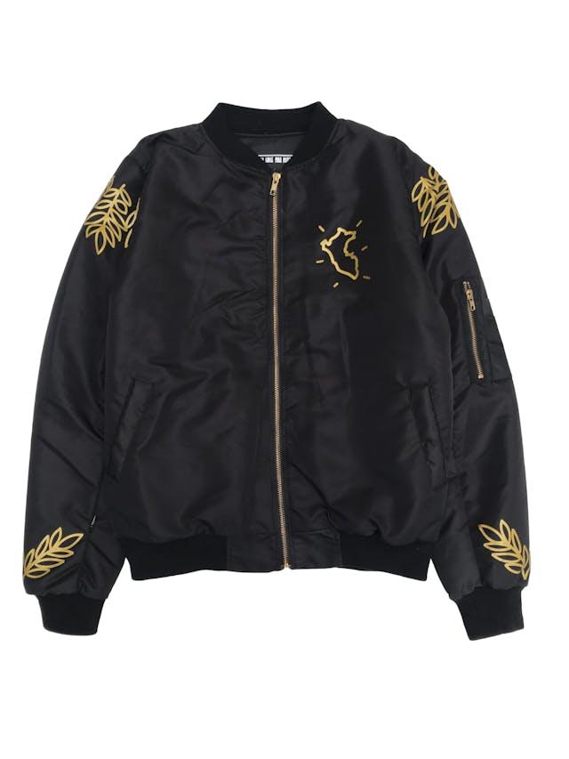 Bomber jacket Pieta negra de nylon, acolchada con forro rojo. Precio original S/ 200 foto 1