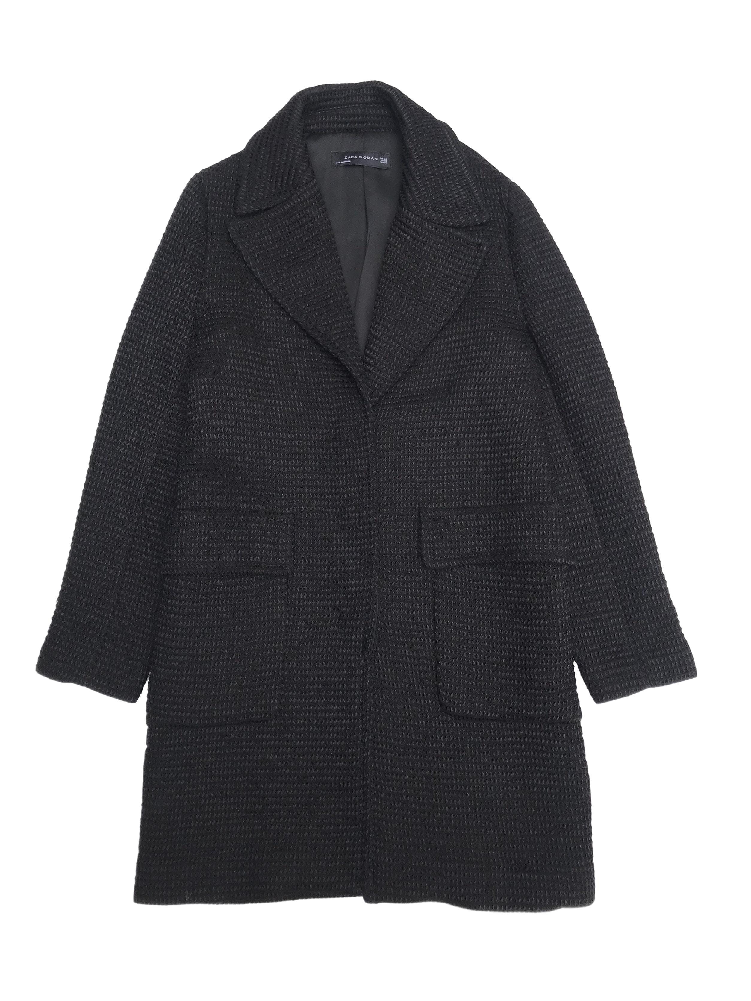 Abrigo Zara negro texturado, forrado, con solapas y bolsillos delanteros. Largo 85cm. Precio original S/ 350