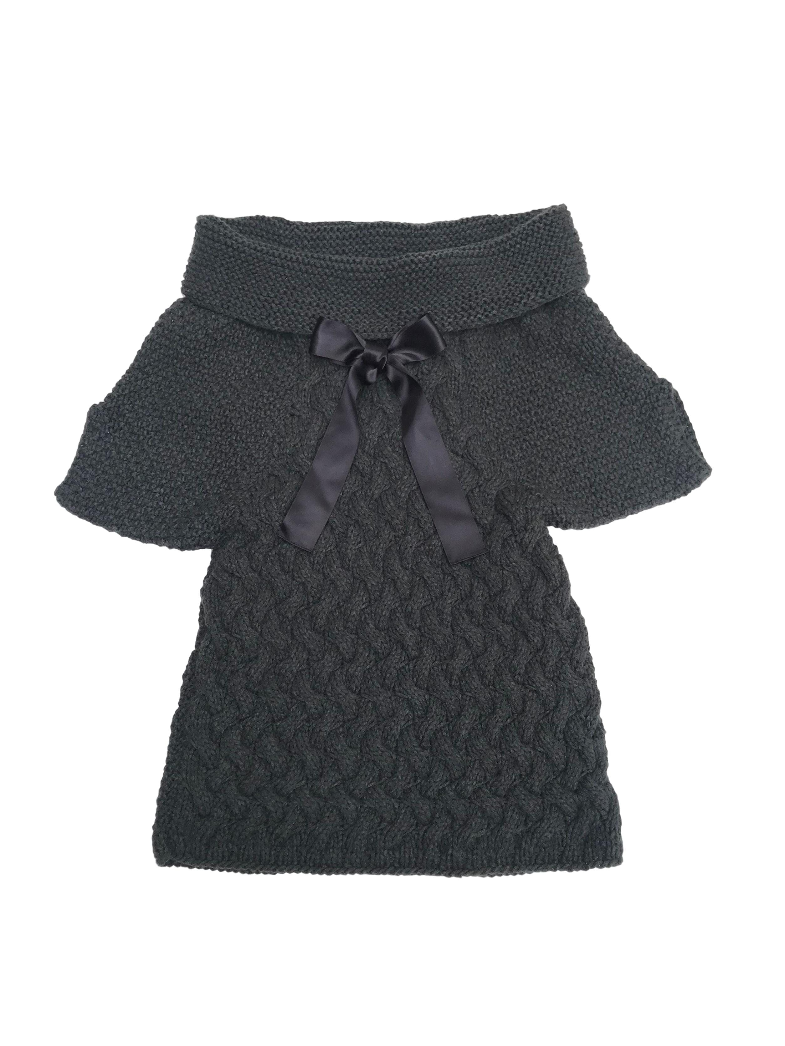 Chompa Maria Bonita Extra de tejido grueso gris, cuello bote con cinto negro. Rica al tacto. Precio original $130