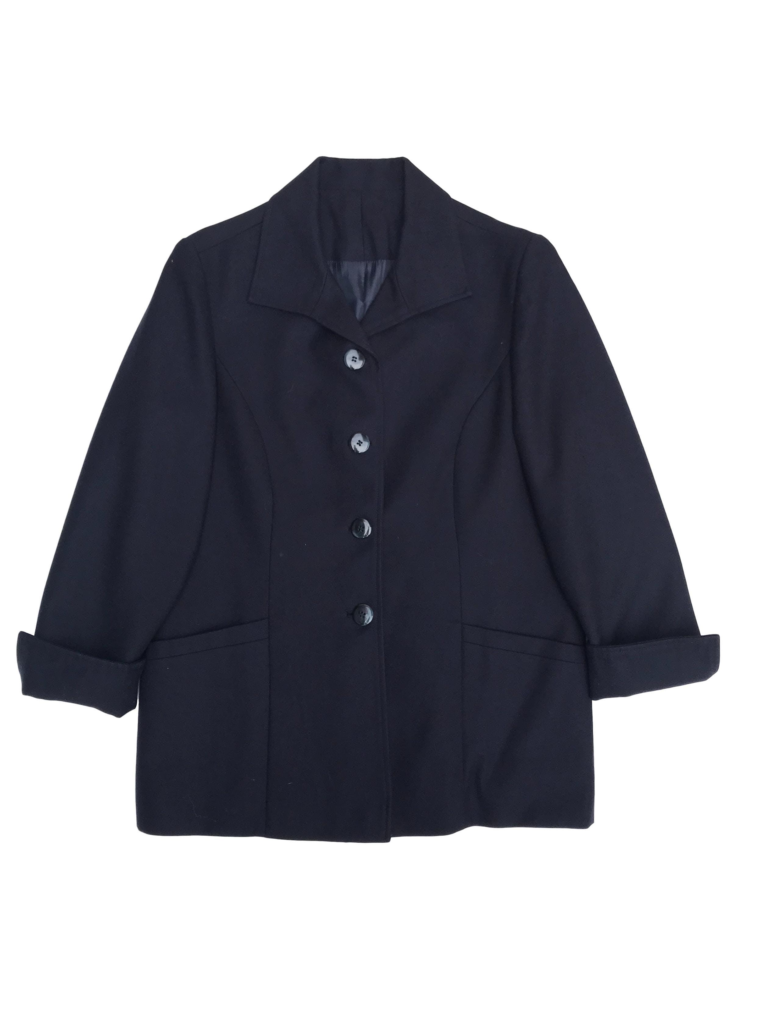 Saco tipo paño azul forrado con botones delanteros, manga 3/4 con dobladillo y botón. Largo 67cm