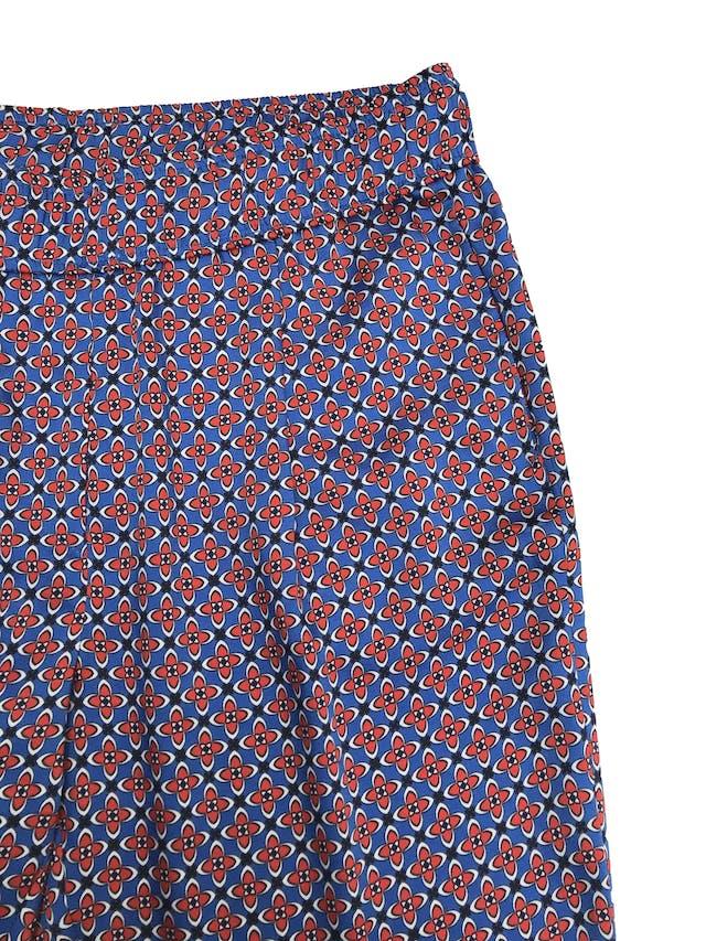Pantalón fluido Sandro Paris tipo seda con estampado barroco azul y rojo, con bolsillos laterales. Pretina 76cm. Trendy. Precio original S/ 350 foto 2