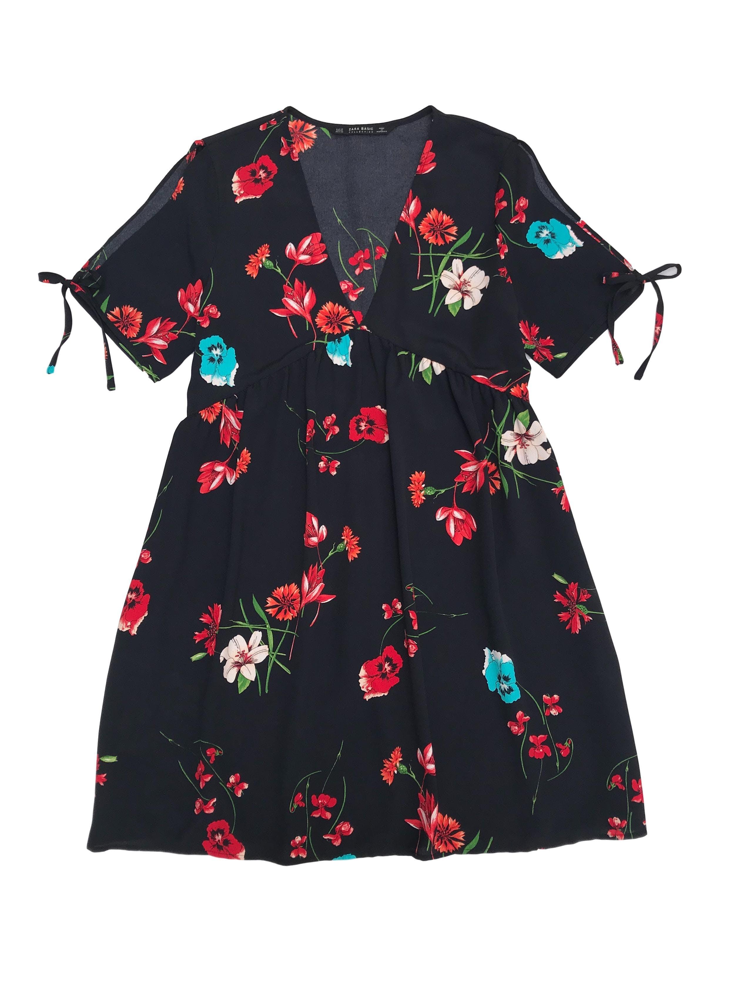 Vestido Zara de crepé negro con estampado de flores, escote en V, manga corta con abertura y lazos, suelto. Busto 96cm Largo 85cm