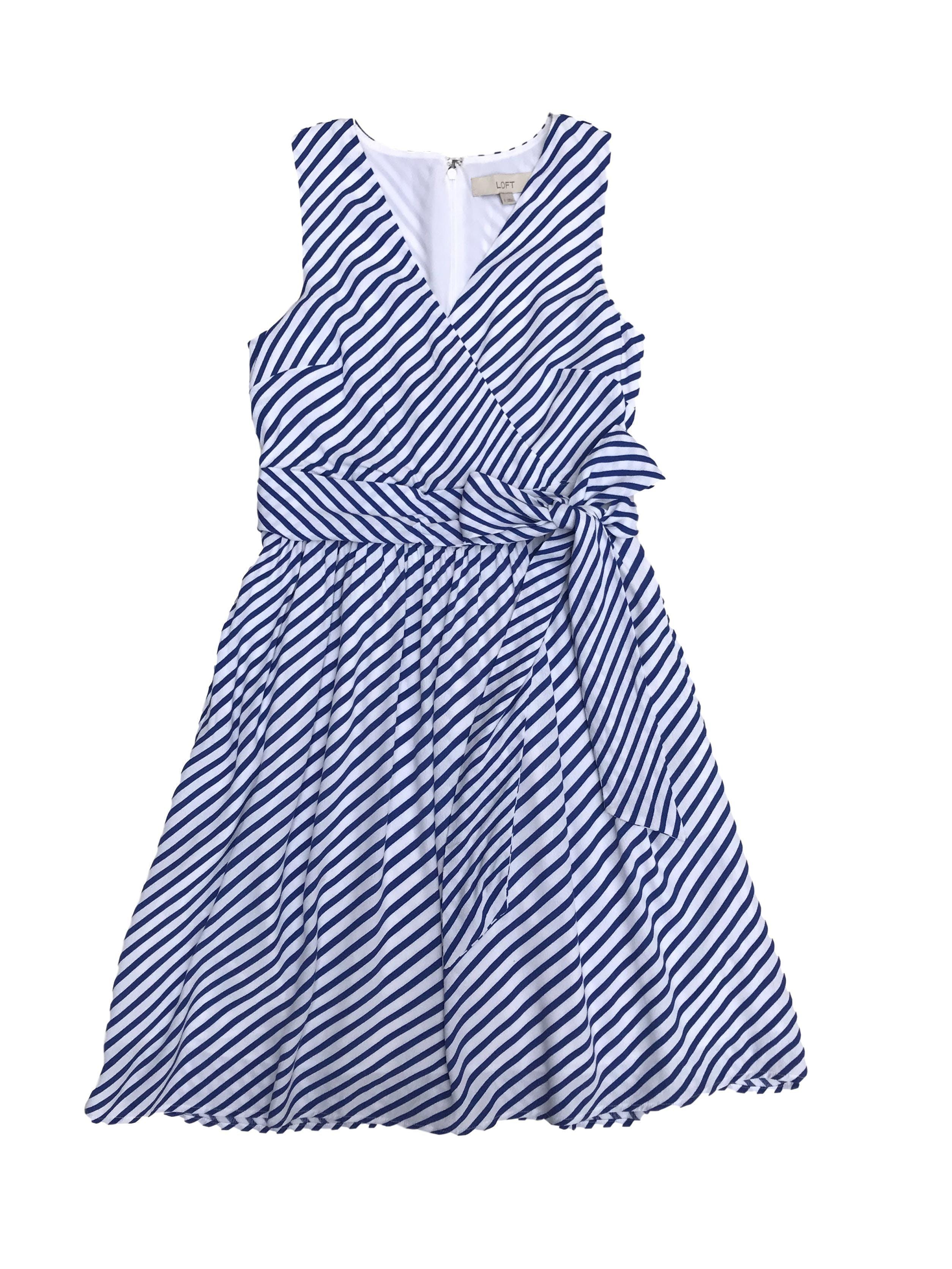 Vestido Loft de crepé blanco con líneas azules, forrado, cierre en la espalda, escote cruzado y falda con bolsillos. Busto 90cm Cintura 70cm Largo 90cm. Precio original S/ 350