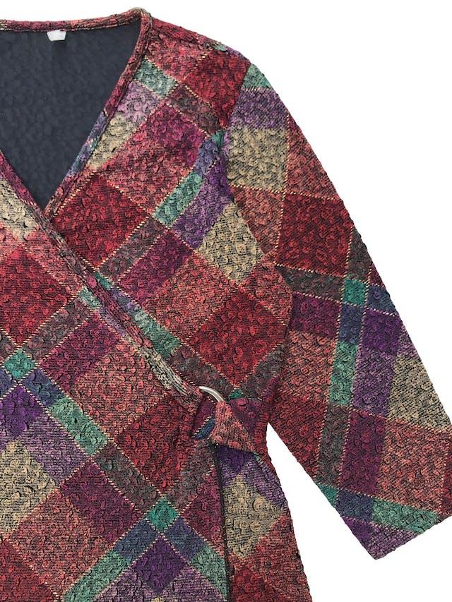 Blusa vintage multicolor, cruzado con hebilla de color, manga 3/4, stretch.  foto 2