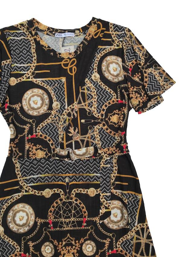 Vestido Zara midi negro con estampado cadenas, hebilla plateada en la cintura y falda en A. Busto 90 sin estirar Largo 115cm foto 2
