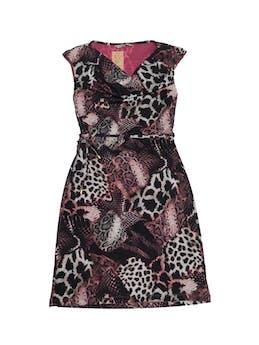 Vestido Moda&cía animal print con cuello caído, forrado y stretch, con pasador regulable en la cintura. Largo 90cm. Precio original S/ 270 foto 1
