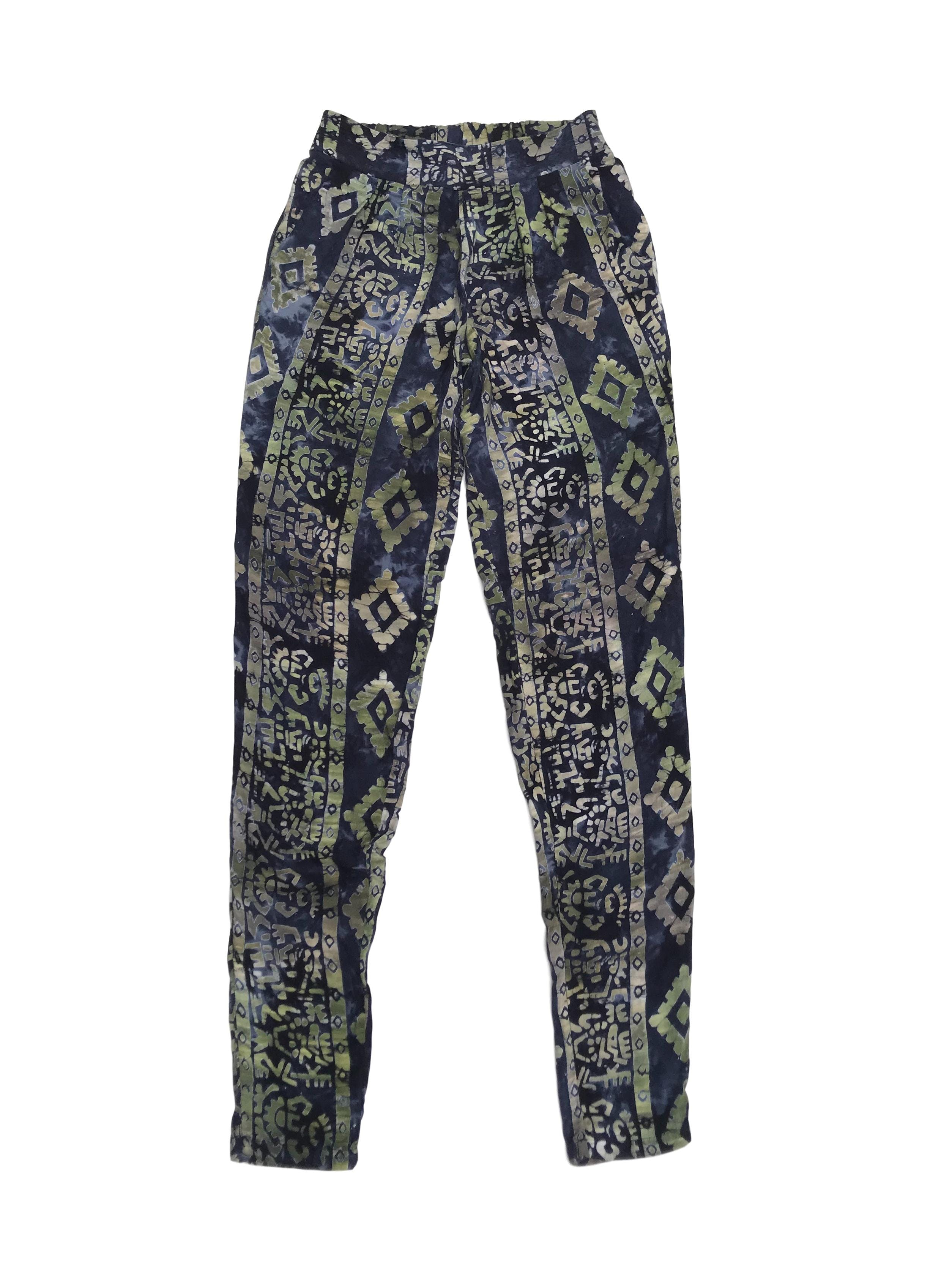 Pantalón fresco 100% algodón, estampado tribal azul y verde, con pretina elástica y bolsillos laterales. Cintura 66 (sin estirar)