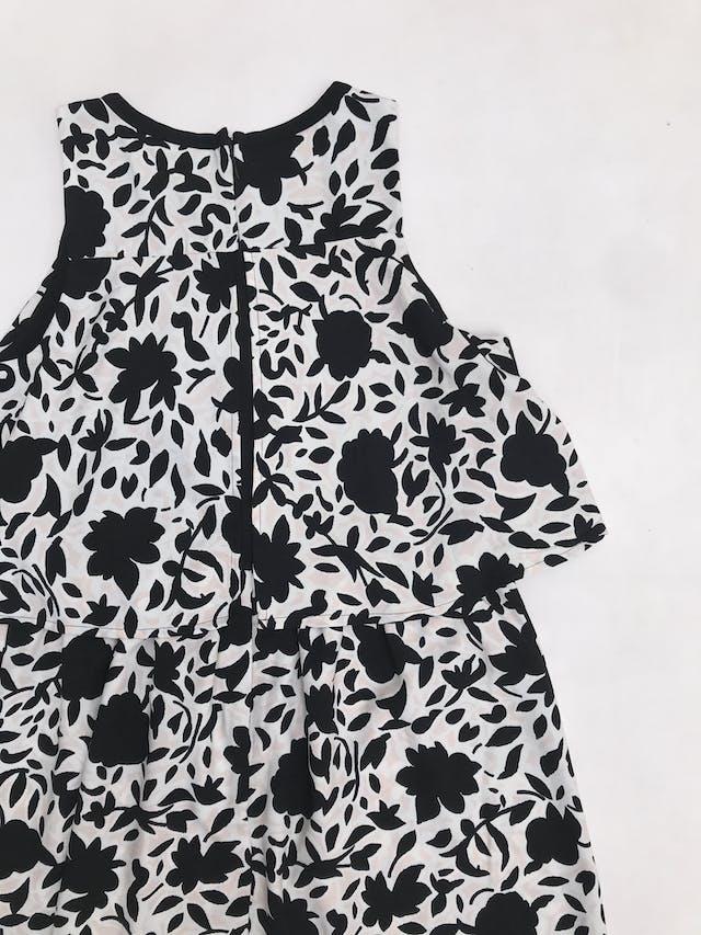 Vestido Loft rosa bebe con estampado de flores negra y blancas, con volante en el pecho y cierre en la espalda. Busto 92cm Largo 85cm. Precio original S/ 300 foto 2