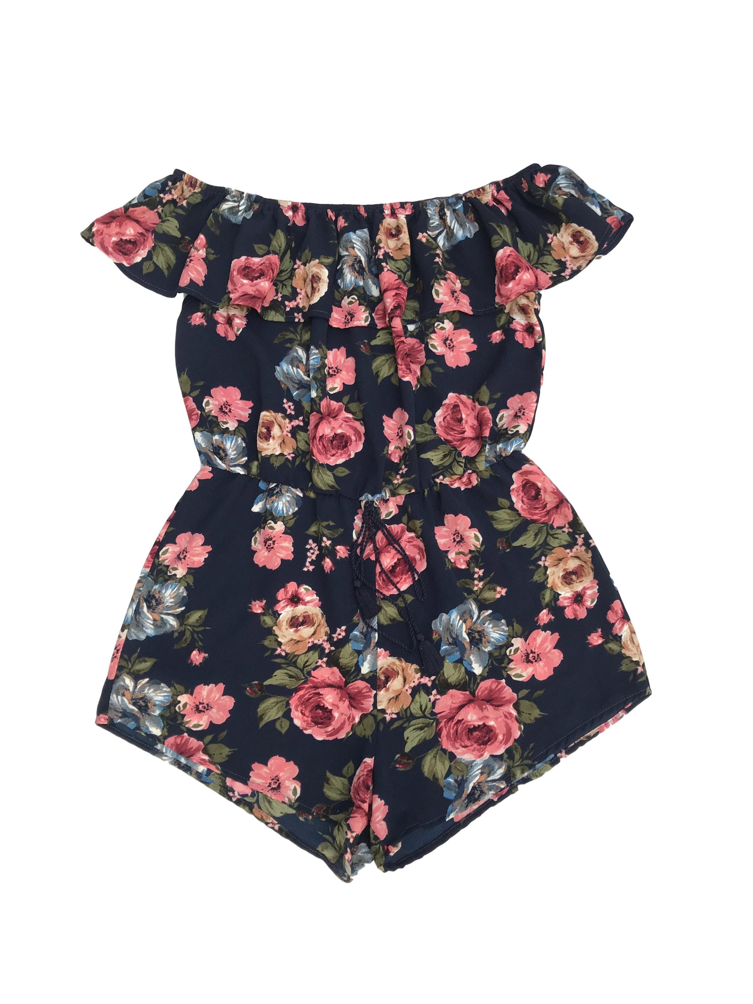 Enterizo short de crepé azul con estampado de flores, off shoulder con volante y elástico en la cintura (76cm sin estirar)
