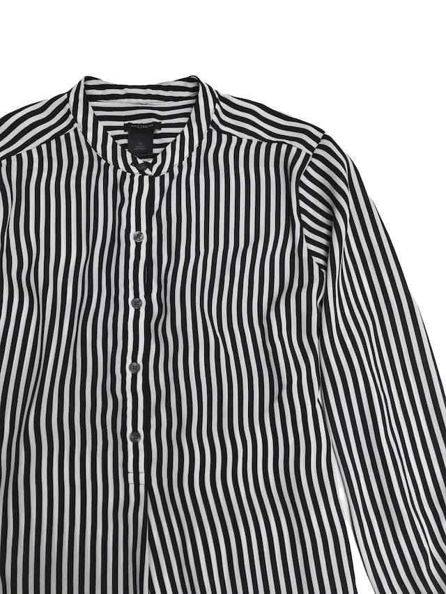 Blusa Ann Taylor de gasa a rayas blancas y negras, cuello nerú, botones en el pecho y puños campana foto 2