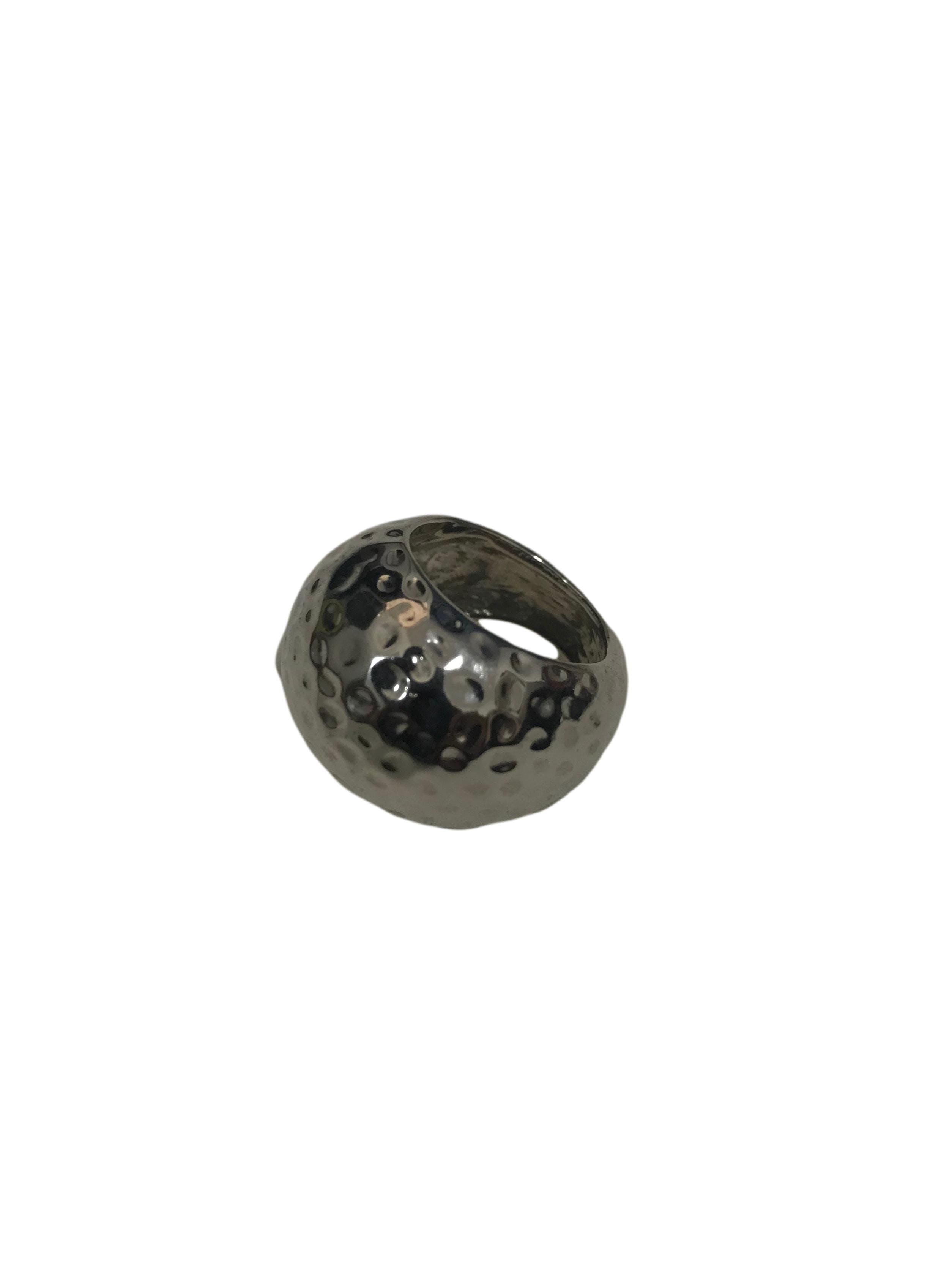 Anillo grueso metálico plateado con textura. Ancho 2cm