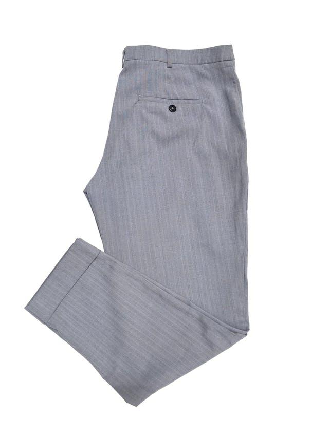 Pantalón de vestir Mango en tonos plomos, corte slim con bolsillos laterales y dobladillo en la basta. Pretina 90cm Cadera 110cm foto 2