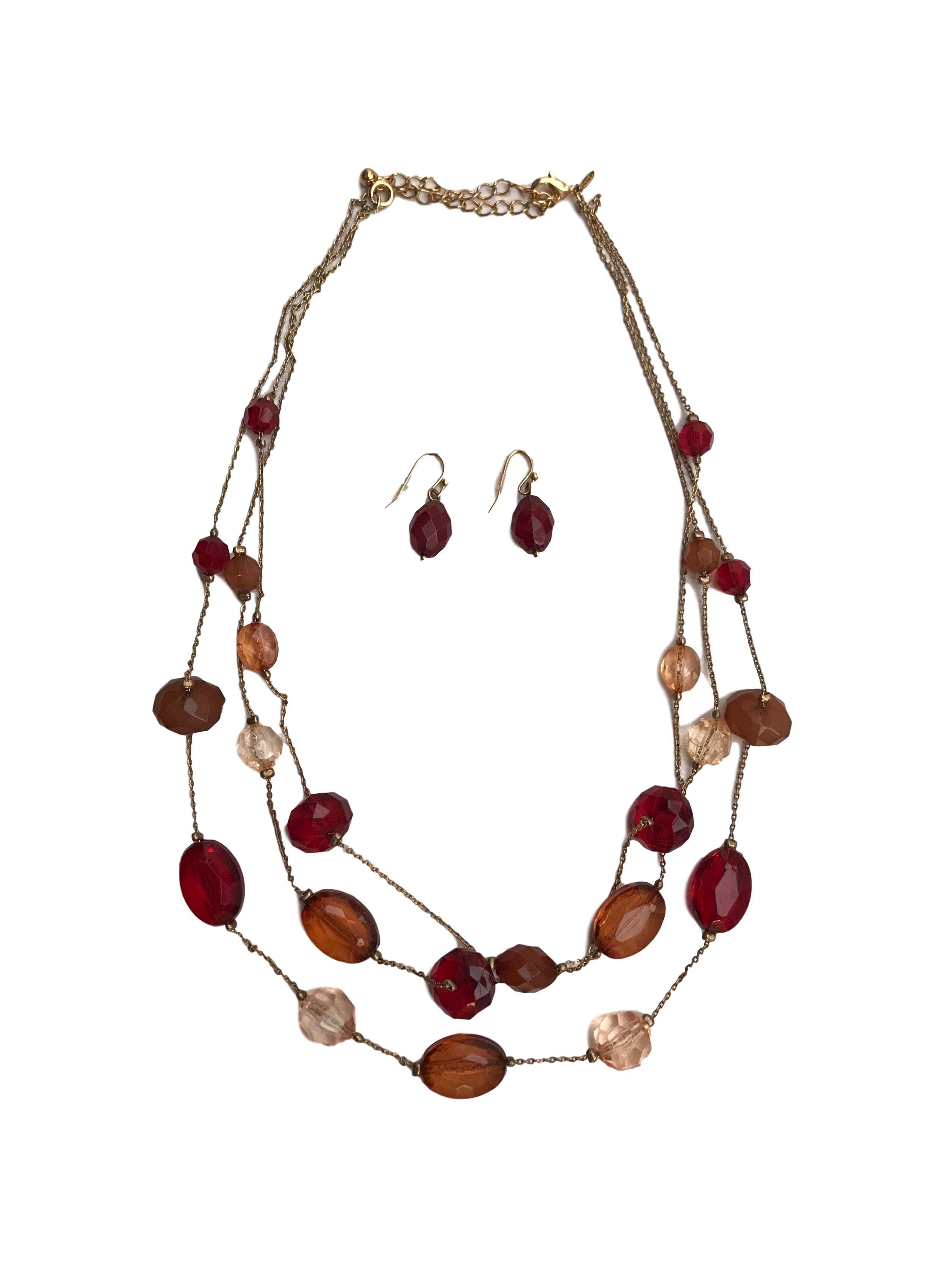 Set de aretes y collar cadena en 3 tiempos con acrílicos en tonos cálidos. Largo 46cm (+9cm regulables)
