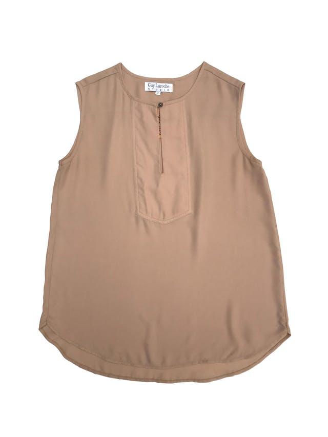 Blusa Guy Laroche de gasa beige con botón en el cuello. Busto 92cm Largo 55 - 65cm foto 1