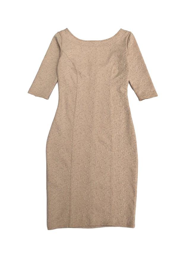 Vestido beige stretch con textura de rosas, manga 3/4 y escote cuadrado en la espalda. Largo 92cm foto 1