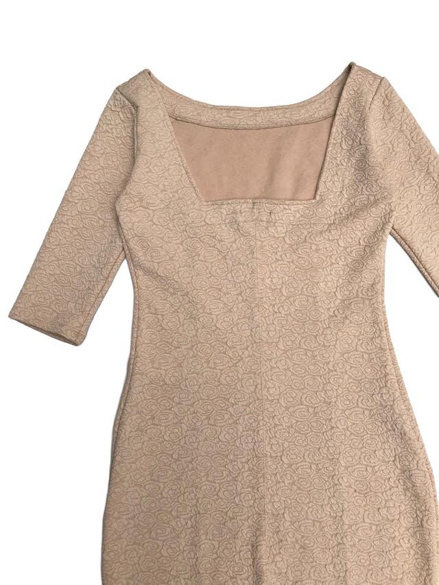 Vestido beige stretch con textura de rosas, manga 3/4 y escote cuadrado en la espalda. Largo 92cm foto 2