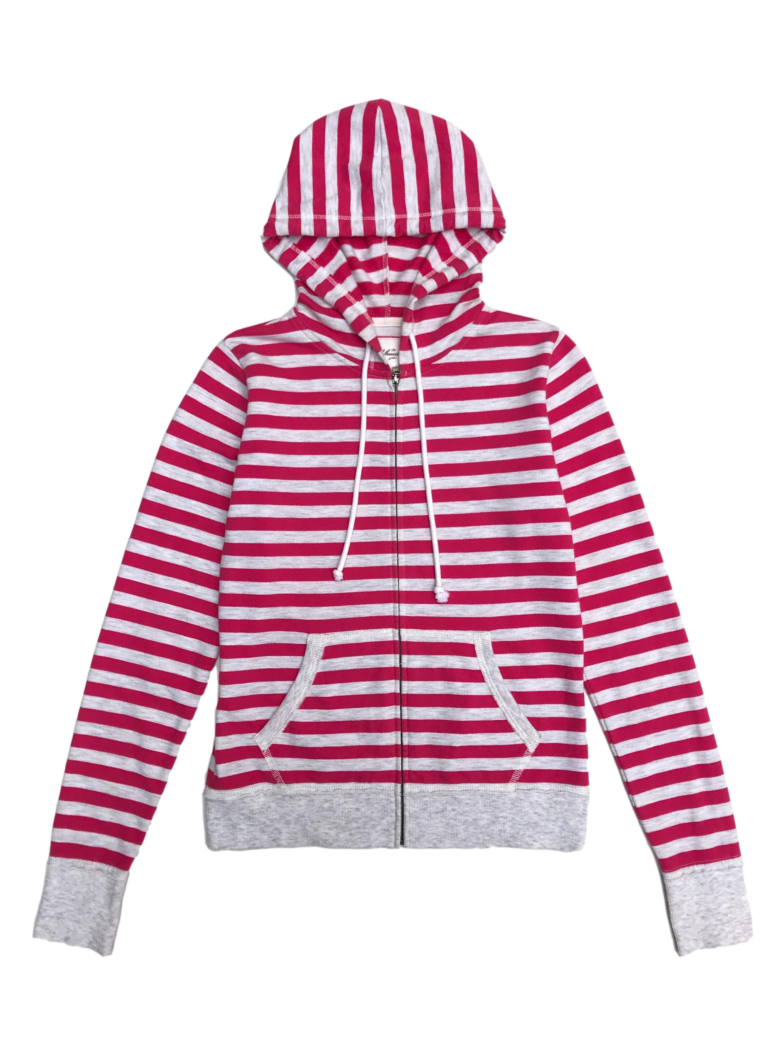 Casaca de algodón a rayas plomas y rosadas, con cierre y capucha