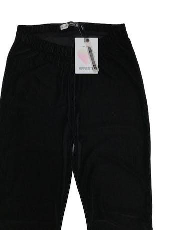 Pantalón tipo corduroy satinado negro, a la cintura, pegado al cuerpo con basta campana. Cintura 60cm (sin estirar). Nuevo con etiqueta, precio original S/ 89.9 foto 2