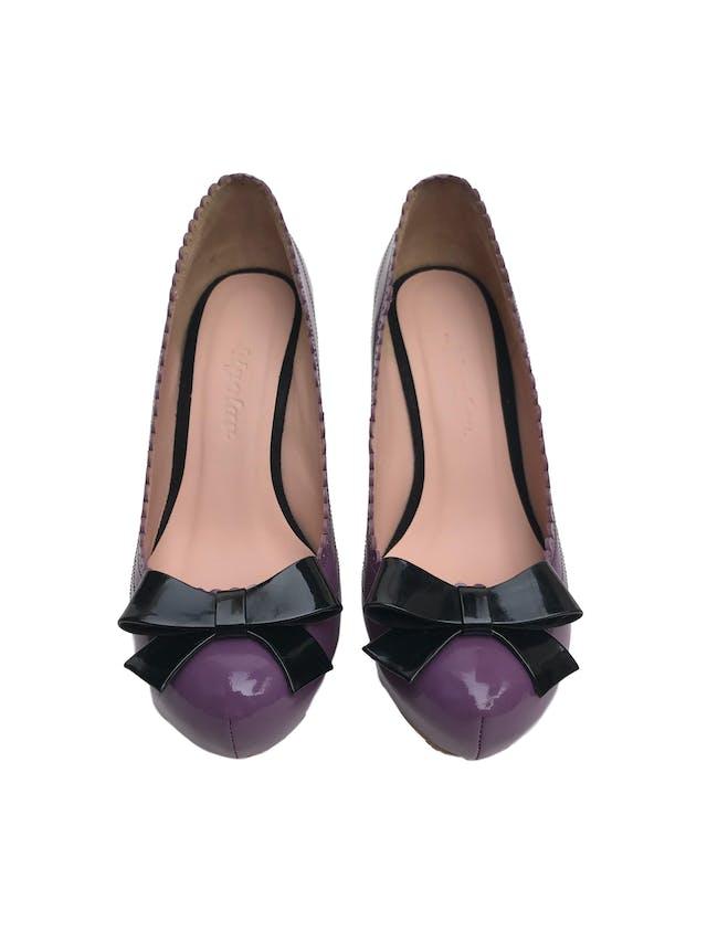Zapatos Bipolar de cuero charol morado con lazo y taco negro (10cm y 3cm de plataforma). Perfecto estado, solo una puesta. Vienen en caja. Precio original S/ 550  foto 2