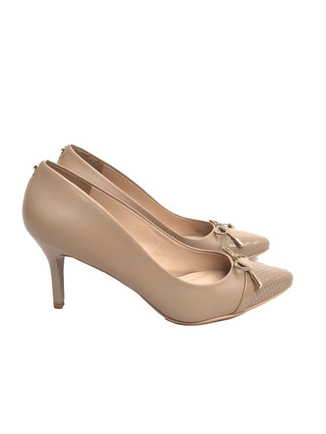 Zapatos Paez de cuero beige con lazo en punta y taco charol 8cm. Excelente estado 9.5/10. Precio original S/ 350  foto 1