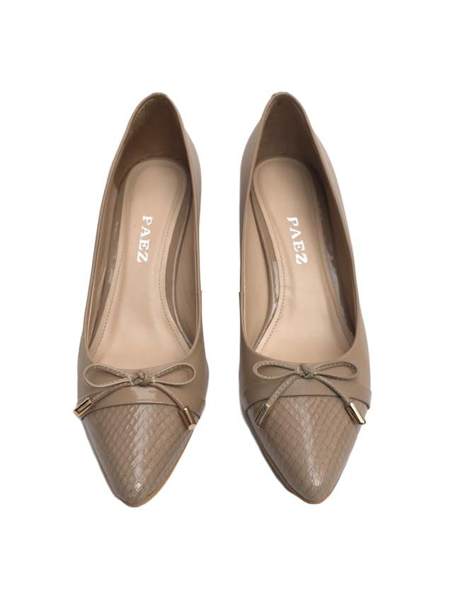 Zapatos Paez de cuero beige con lazo en punta y taco charol 8cm. Excelente estado 9.5/10. Precio original S/ 350  foto 2