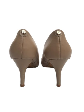 Zapatos Paez de cuero beige con lazo en punta y taco charol 8cm. Excelente estado 9.5/10. Precio original S/ 350  foto 3