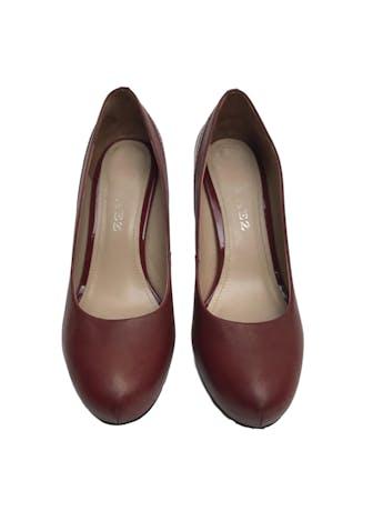 Zapatos Paez de cuero con taco charol (10.5cm y 2cm de plataforma). Buen estado 9/10. Precio original S/ 350  foto 2