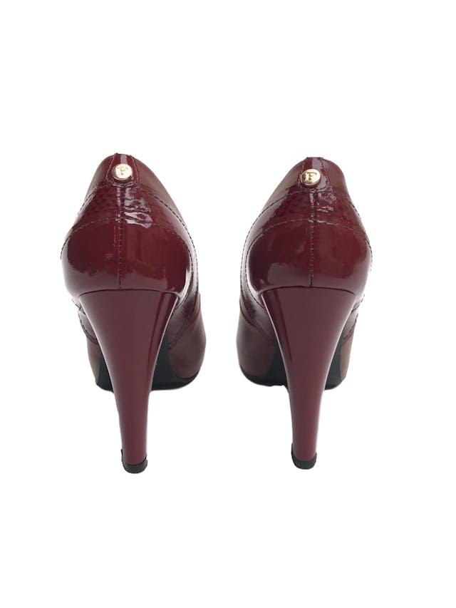 Zapatos Paez de cuero con taco charol (10.5cm y 2cm de plataforma). Buen estado 9/10. Precio original S/ 350  foto 3