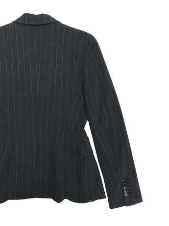Blazer Zara tipo sastre gris con líneas al tono, forrado con solapas y un solo botón. Largo 60cm foto 2