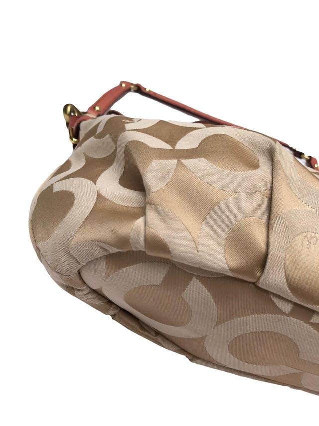 Cartera Coach modelo Madison Op Art monograma en tonos beige con asas de cuero, gran compartimento forrado con dos internos y cierre, asa al hombro removible. Estado 9/10. Medidas 35x23x9cm. Precio original $275 foto 3