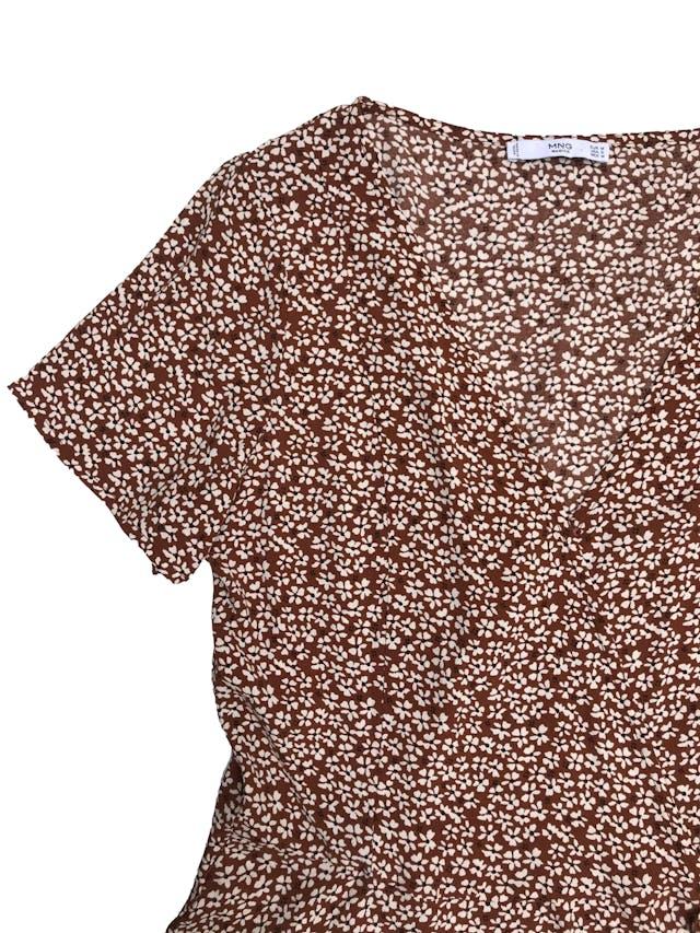 Blusa Mango tipo crepé marrón con florcitas, cruzada se amarra al lado.  foto 2