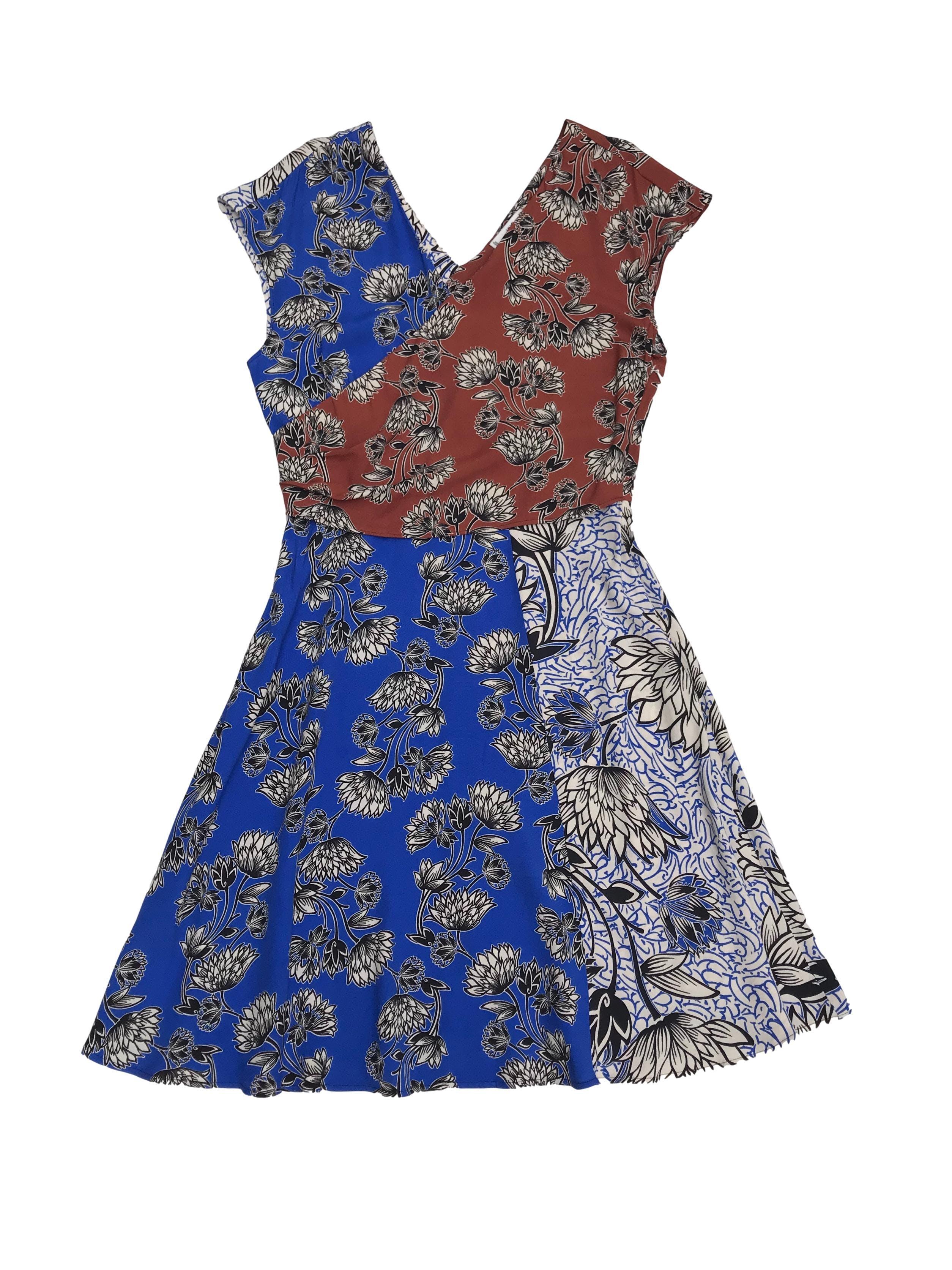 Vestido Mango tipo crepé suave azul blanco y marrón con estampado de flores, escote cruzado adelante y V en la espalda, con cierre lateral y falda en A. Largo 94cm Cintura 74cm