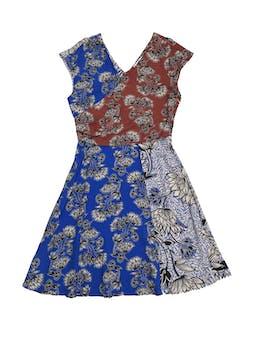 Vestido Mango tipo crepé suave azul blanco y marrón con estampado de flores, escote cruzado adelante y V en la espalda, con cierre lateral y falda en A. Largo 94cm Cintura 74cm foto 1