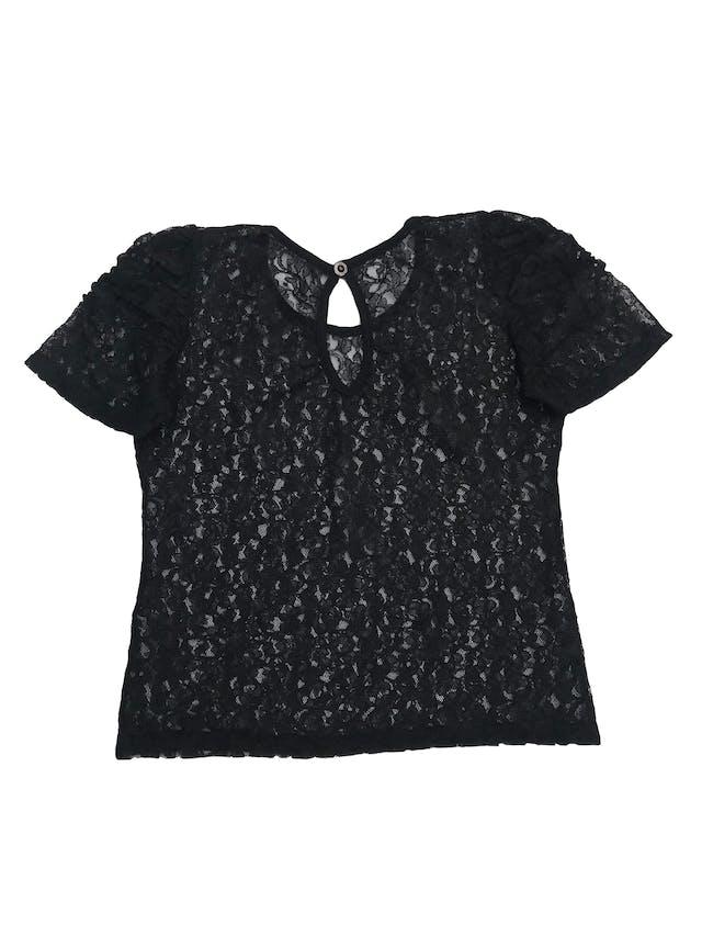 Blusa de encaje negro con pliegues en las mangas y escote gota en la espalda foto 2