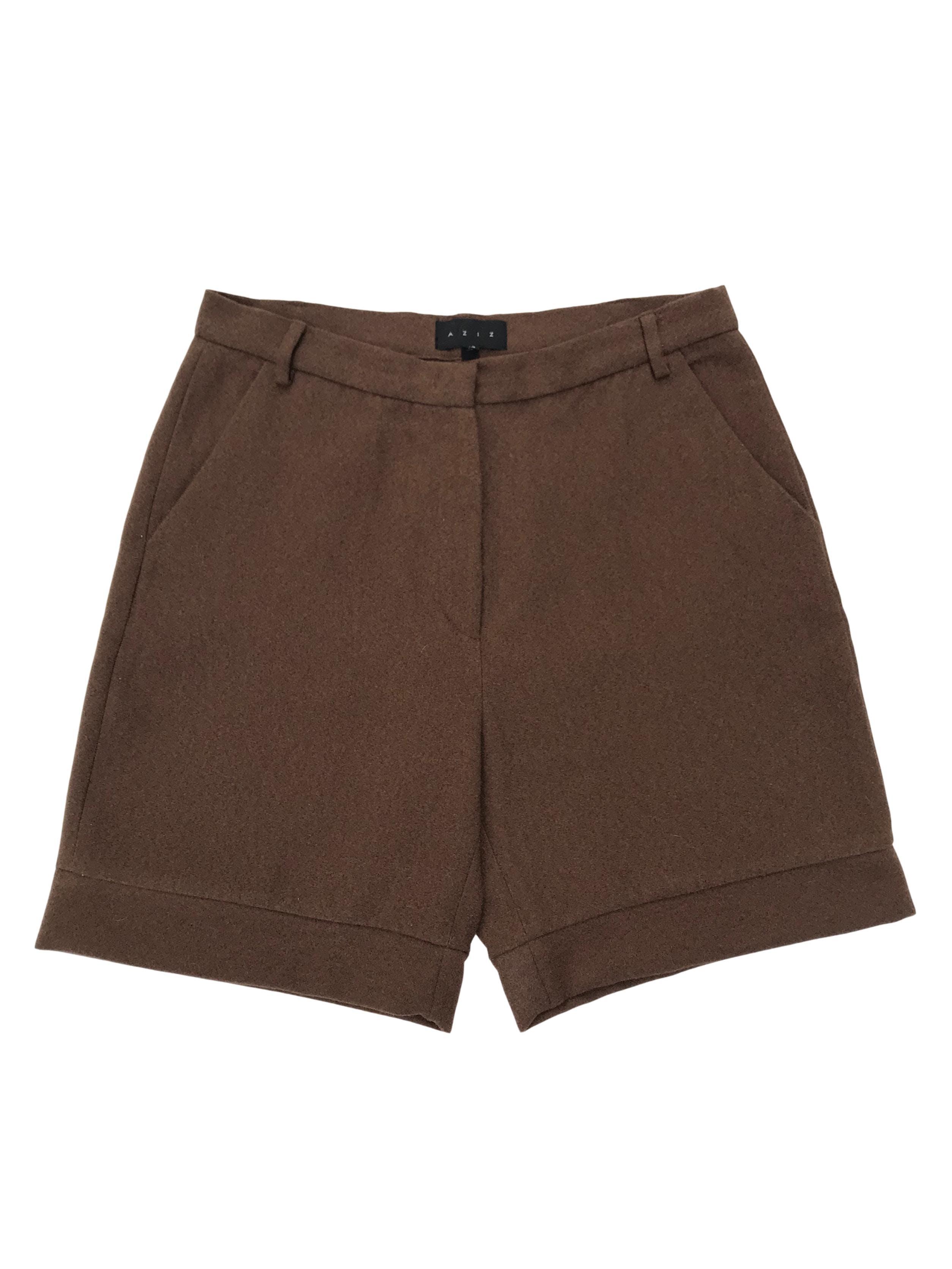 Short a la cintura de tela tipo paño marrón, con bolsillos laterales. Cintura 72cm Largo 43cm