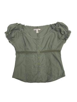 Blusa Mango de lino y algodón verde, cuello ojal, detalles plisados de encaje y desflecado foto 1
