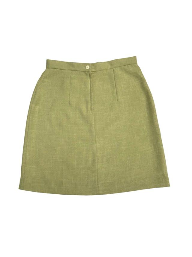 Falda de lino verde con cierre y botónposterior. Color hermoso. Cintura 68cm Cadera 92cm Largo 46cm foto 2