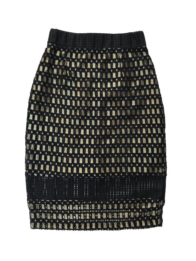 Falda midi Art&co tipo encaje negro con hilos dorados, con forro y cierre posterior, pretina ligeramente elástica. Cintura 62cm Largo 64cm foto 1