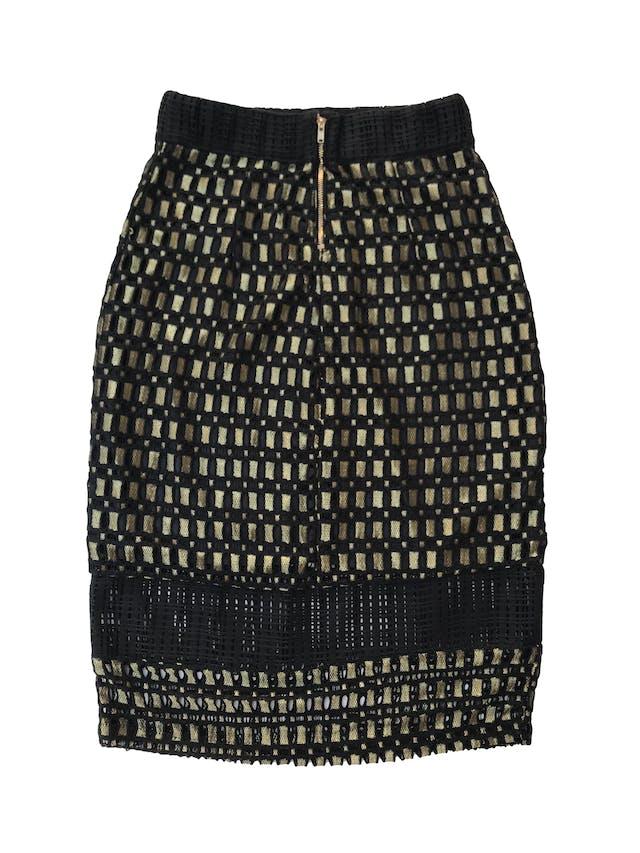 Falda midi Art&co tipo encaje negro con hilos dorados, con forro y cierre posterior, pretina ligeramente elástica. Cintura 62cm Largo 64cm foto 2