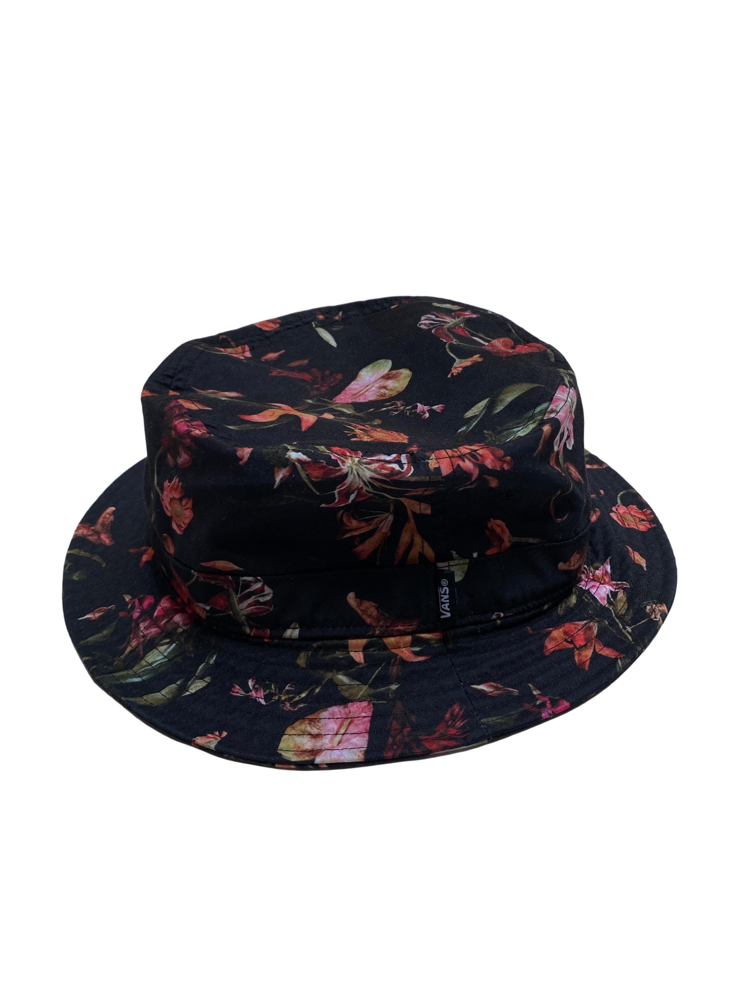 Bucket hat Vans negro con print de flores. Precio original S/ 119