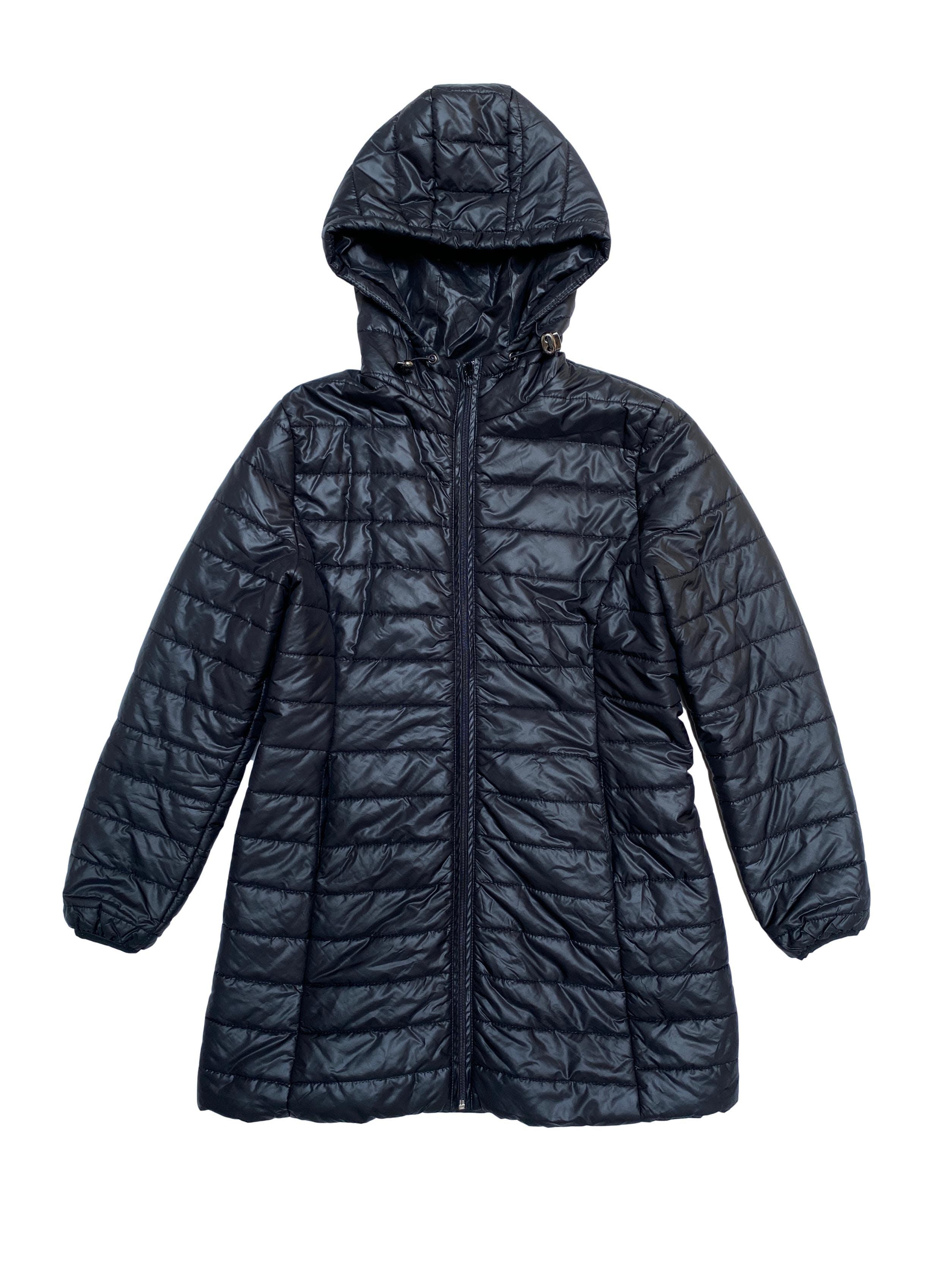 Casaca acolchada negra, forrada, con capucha, cierre y bolsillos. Largo 78cm