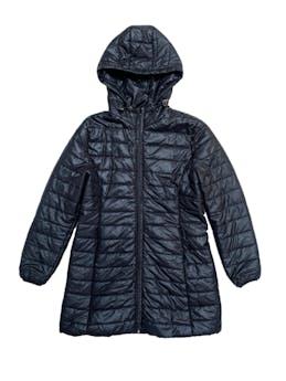 Casaca acolchada negra, forrada, con capucha, cierre y bolsillos. Largo 78cm foto 1