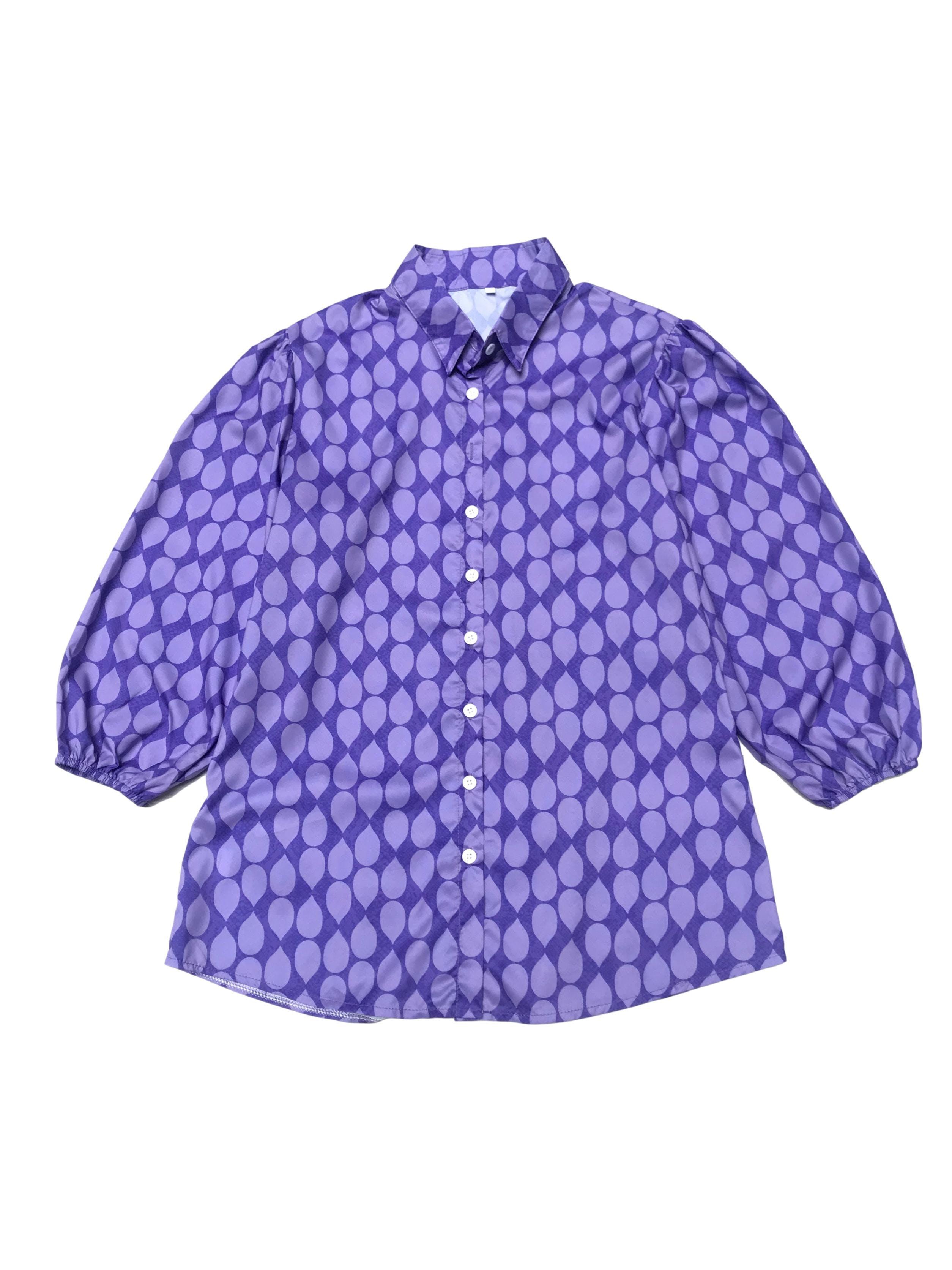 Blusa morada con pétalos lilas, mangas 3/4 abullonadas con elástico en puño