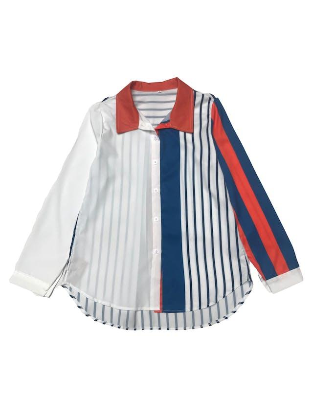 Blusa blanca con con estampado geométrico azul y anaranjado. foto 1