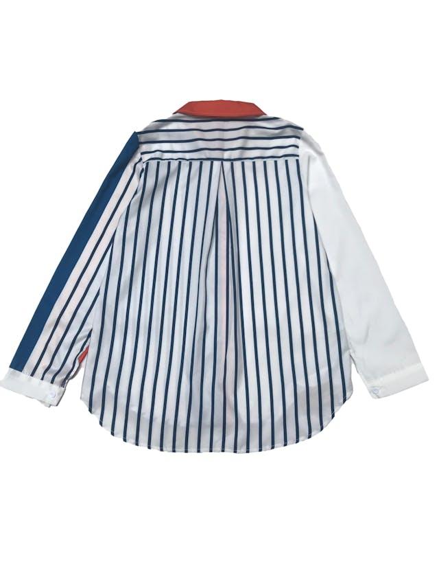 Blusa blanca con con estampado geométrico azul y anaranjado. foto 2