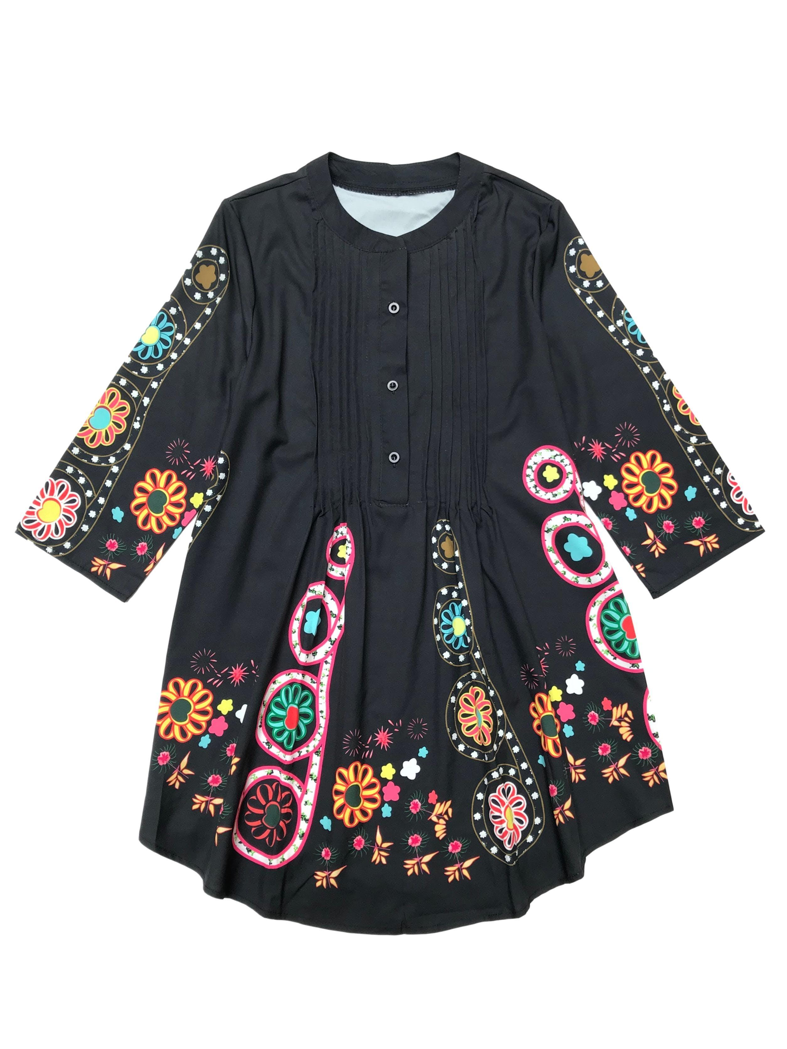 Blusa negra con estampado de flores, botones y pliegues en el pecho. Largo 72cm