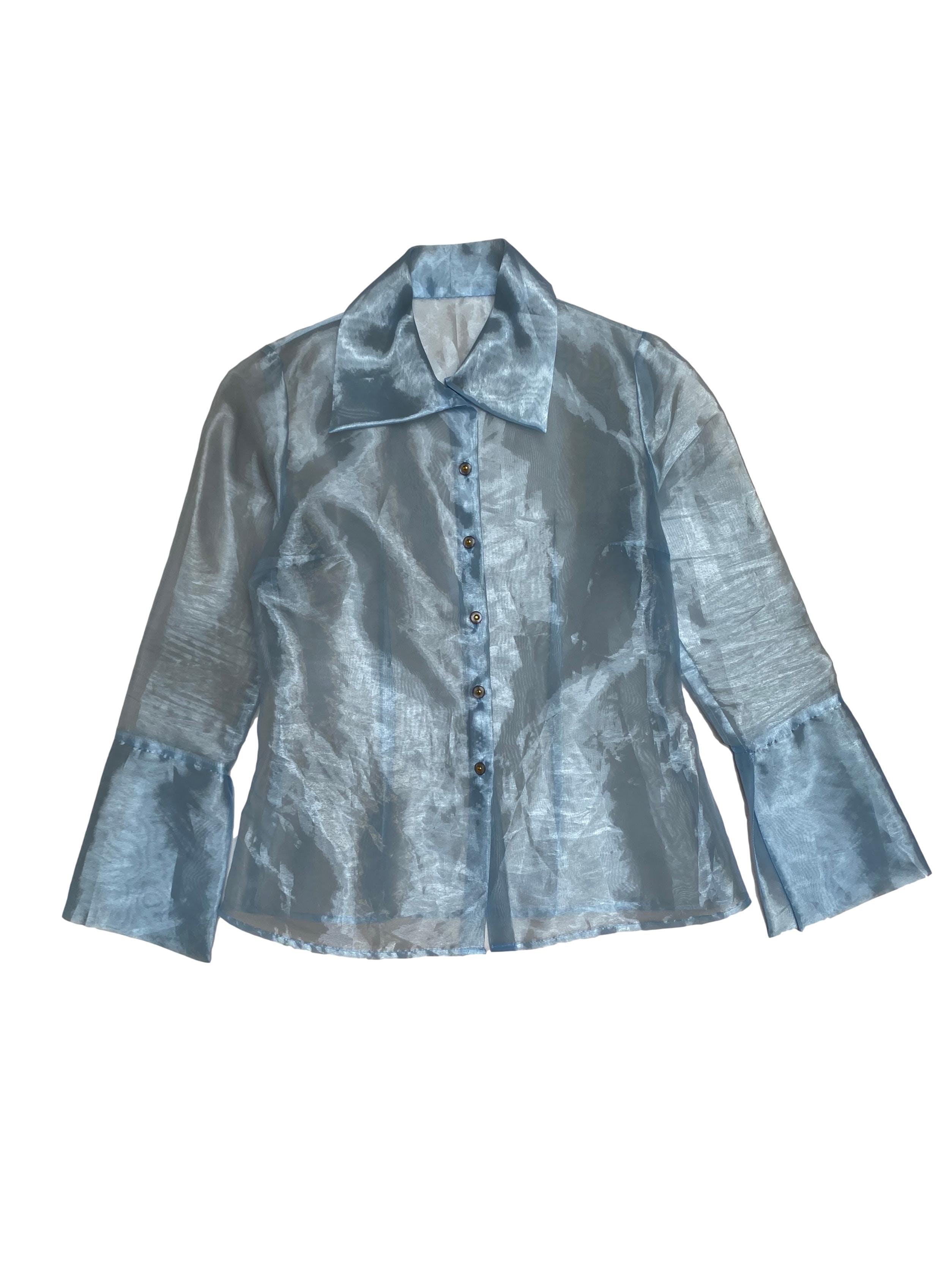 Blusa de organza celeste, maxi cuello y puños, botones delanteros y tiene pinzas. Busto 98cm